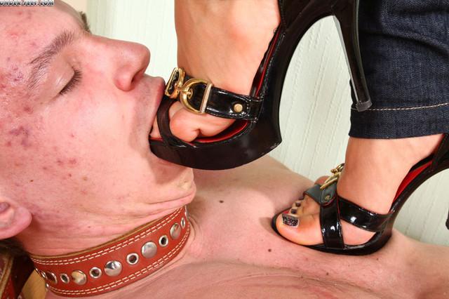 видео раб целут ножки госпоже